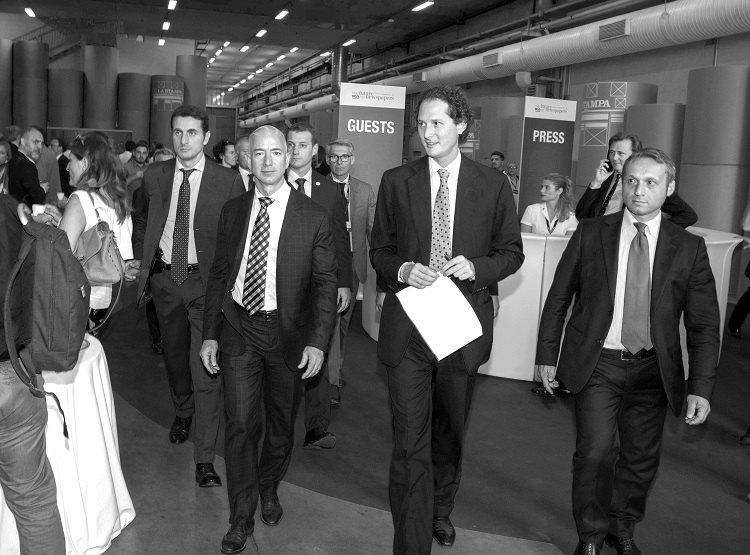 Qui Auro Palomba è con gli imprenditori Jeff Bezos e John Elkann